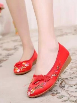 China Red Handmade Embroidered Floral Cotton Shoes